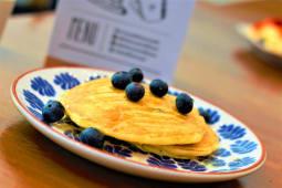 Panqueca Recheada com Mirtilos, Iogurte e Mel
