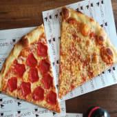 2 Slices: 1 de peperoni y 1 de queso