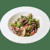 Теплый салат с говядиной и молодым картофелем