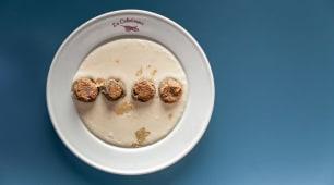 Pepite di lenticchie beluga su crema di yuca e venature d'oro