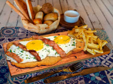 Milanesa de Pollo con Huevo y Bacon Crocante