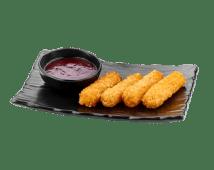 Жареные ломтики сыра с клюквенным соусом (110/30 г)