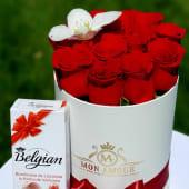 Trandafiri rosii, orhidee si bomboane in cutie rotunda alba 165 lei