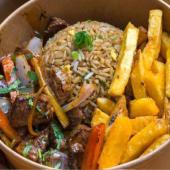 Lomo saltado con arroz chaufa de carne