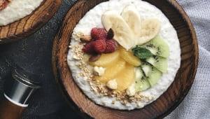 Вівсянка солодка з сезонними фруктами на молоці (400г)