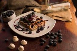Waffle con mousse de arándanos