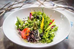 Овочевий салат з маринованою фетою в пудрі з маслин (220)