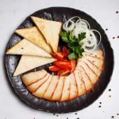 Копченный курдюк подается с тостами и помидорами черри