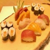 Combinado de sushi y sashimi (12 uds.)