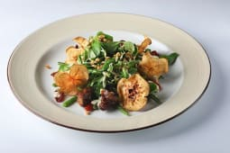 """Салат """"CRUDO"""" с фингер-рибс и листьями салата корн с соусом"""