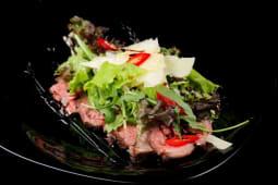 Мікс салат з телятиною і соусом з тунця (250г)