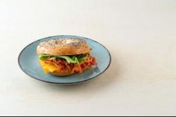 Americano: bacon, philadelphia, formaggio cheddar, pomodorini