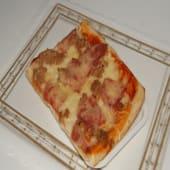 Pizza de tomate, mozzarella, jamón york y atún