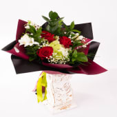 Buchet trandafiri roșii și hortensia