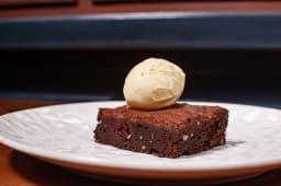 Шоколадний фондан з п'яною вишнею та морозивом (120/50г)