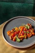 Гребінці-гриль з овочами та гостро-солодким соусом (330г)
