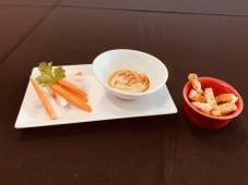 Hummus com palitos de legumes