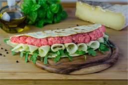 Piada con salsiccia tipo bra, gorgonzola dolce , radicchio rosso