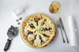 Pizza cu camembert si trufe