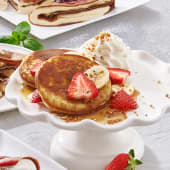 Pancakes z bitą śmietaną truskawkami i syropem klonowym