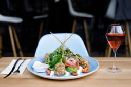 Salata cu pui crocant