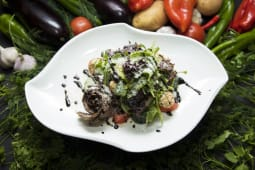 Салат с рукколой и ростибифом