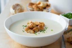 Supa crema de usturoi cu pesto de patrunjel