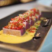 Tataki de atún con salmorejo