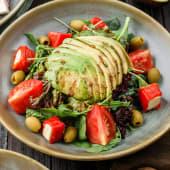 Salată mix cu ardei copt și avocado
