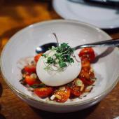 Burratina con tomate y pesto