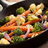 Salteado de verduras frescas y tacos heüra mediterráneos