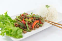 Riz canapé au bœuf haché et basilic thaï