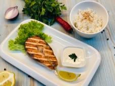 Стейк лосося з паровим рисом