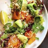 Салат з підкопченим лососем і авокадо