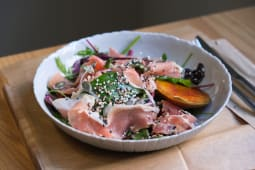 Салат з хамоном, моцарелою та карамелізованою грушею
