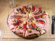 Pizza con jamón, anchoas y morrones (10 porciones)
