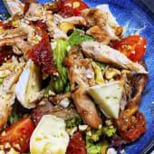 Салат з сиром Брі та м'ясом курча (200г)