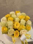 Cutie 23 trandafiri - 2 culori mixte