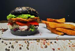Vegan Avocado Burger cu cartofi prajiti