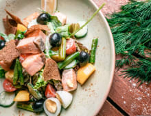 Теплый салат с лососем, кенийской фасолью и иксом зелени