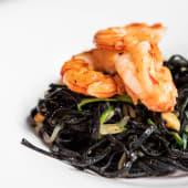 Linguini negro con tallarín de calabacín y gambón rojo