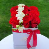 Trandafiri & frezii in cutie patrata alba