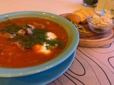 Борщ з телятиною, закускою з сала з часником і пампушками (430г)