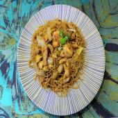 Fideos de arroz con tres delicias