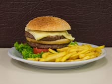 Hamburguesa súper con papas fritas (ud.)