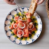 Ensalada De Tomate De Temporada Con Cebolleta Fresca Y Ajos