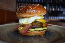 El Toro Special Gourmet burger sa pomfritom
