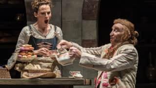 Glyndebourne Tour 2015, Die Entführung aus dem Serail. Blonde (Rebecca Nelsen) and Osmin (Clive Bayley). Photographer: Clive Barda