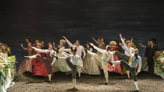 Saul, Glyndebourne Festival 2015. Dancers and Glyndebourne Chorus. Photographer Bill Cooper.