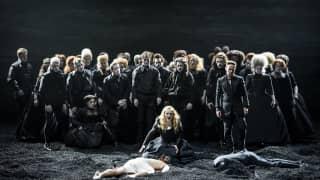 Saul, Glyndebourne Festival 2015. Michal (Sophie Bevan) and David (Iestyn Davies) with Glyndebourne Chorus.Photographer Bill Cooper.